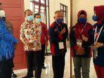 SELEKSI: Sekda Seruyan Djainuddin Noor (tengah) meninjau pelaksanaan seleksi CPNS, Jumat (17/9).(FOTO: YADI KALTENG POS)